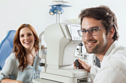 Ophthalmologe bei Untersuchung mit Patientin