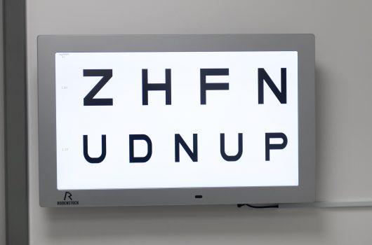 Bildschirm bei Ophthalmologen mit Buchstaben in verschiedenen Größen